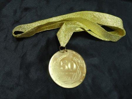 Сувенирные медали: особенности изготовления и выбора аксессуаров