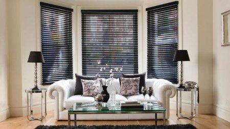 Деревянные жалюзи – идеальное украшение окон в помещении